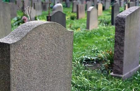 Могили в Ізюмі розібрали на метал