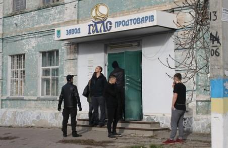 «ОМЕГА ПЛЮС» захватила майно Валківського масло-екстракційного заводу, протаранивши власні ворота