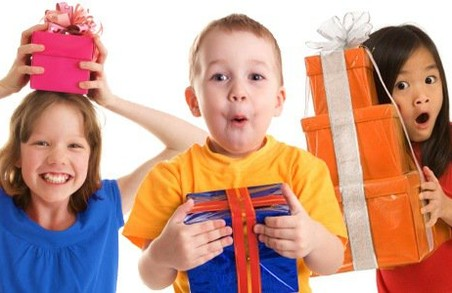 Волонтери збирають подарунки для дітей-переселенців