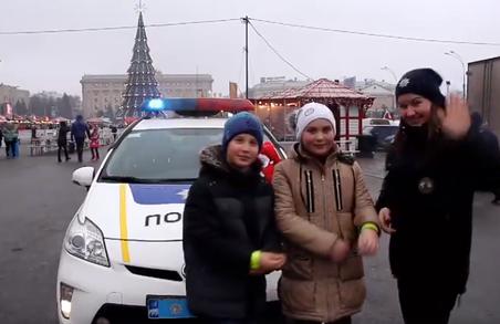 Напередодні Різдва харківські патрульні влаштували свято в центрі міста (Відео)