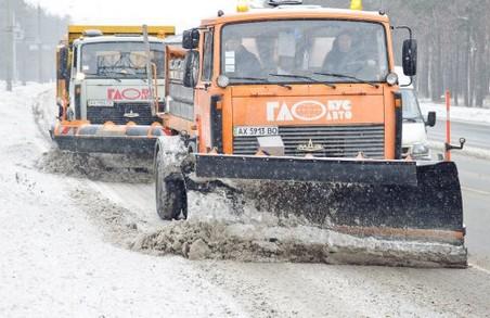 Близько 130 одиниць техніки прибирає сніг з харківських вулиць