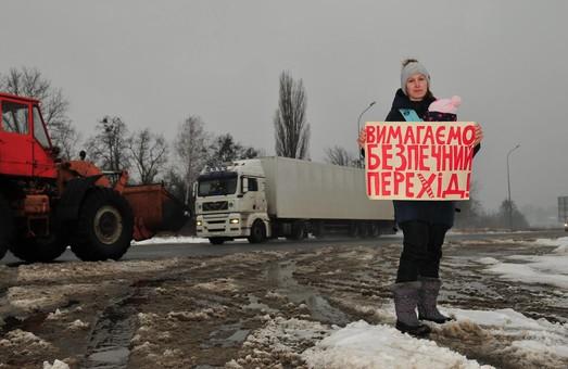 """""""All we need is перехід"""": жителі Малої Даніловки провели акцію протесту"""