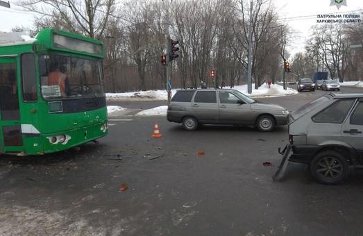 Тролейбус збив авто у Харкові: фото