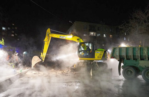 Небувала аварія у Харкові: комунальники боротимуться зі скаженою трубою, допоки не поборять /ФОТО