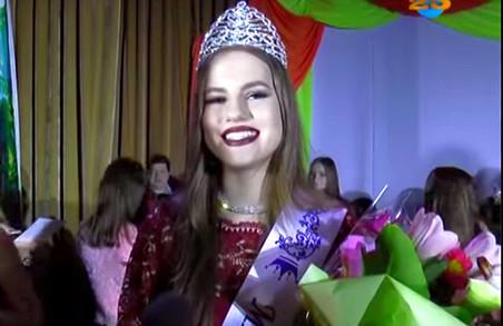 Міс Зміючка: у райцентрі Харківщини визначили найкрасивішу гімназистку/ВІДЕО