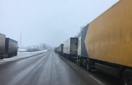 На кордоні у Харківській області знов зупинилися фури