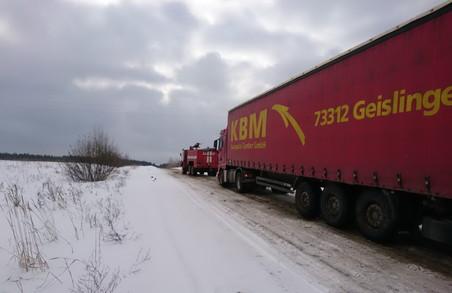 Харківським рятувальникам знов витягали автомобілі зі снігових заметів