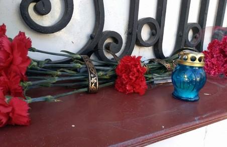 У Харкові до Генконсульства РФ несуть квіти