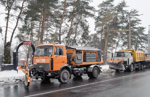 У Харкові продовжують боротися з залишками снігу