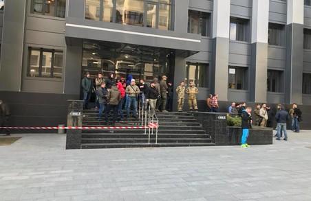 Небезпечна газова заправка на Салтівці: голова Київської районної адміністрації ховається від активістів