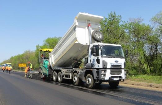 На дорозі Харків – Охтирка вже влаштовано майже 7 км асфальтобетонного покриття та ведуться роботи з відновлення основи