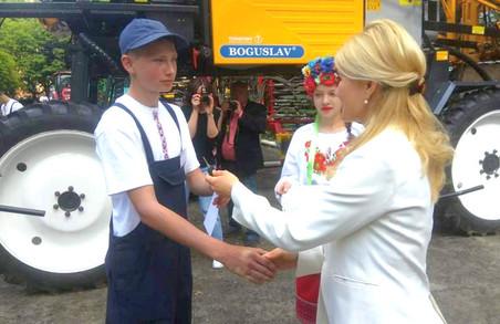 Юлія Світлична передала ключі від нової сільськогосподарської техніки колективу Богодухівського аграрного ліцею