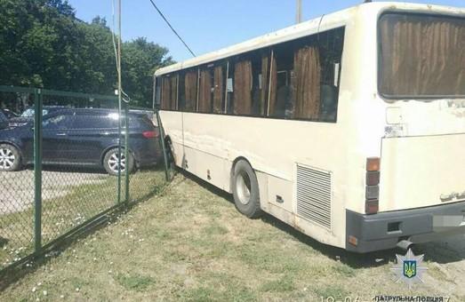 У Харкові автобус протаранив авто: фото