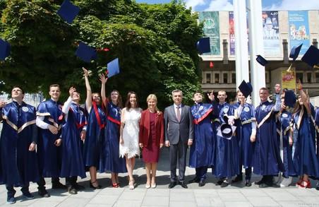 Сьогодні майже 1300 аспірантів та магістрів завершують медичний університет - Світлична