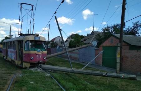Трамвай зійшов з рейок та повалив стовпи у Харкові