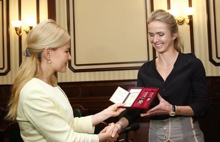 За фантастичні результати: Юлія Світлична вручила державну нагороду Еліні Світоліній