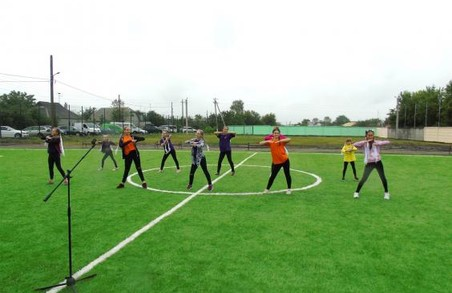 На Харківщині школа отримала новий спортмайданчик зі штучним покриттям