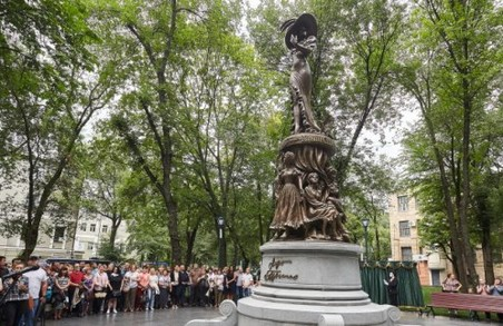 В Харкові стоїть пам'ятник Гурченко з двома помилками