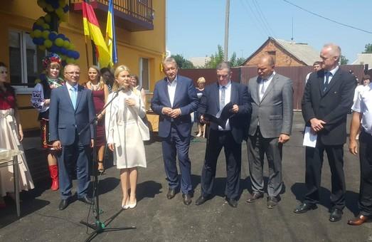 Під час поїздки до Богодухова Світлична передала ключі від осель родинам переселенців і відкрила відділення інтернату після ремонту