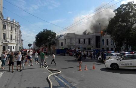 У центрі Харкова - пожежа підвищеної складності: палає будівля Української інженерно-педагогічної академії