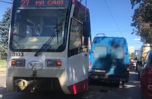 У Харкові трамвай зійшов з рейок та зіткнувся з автомобілем