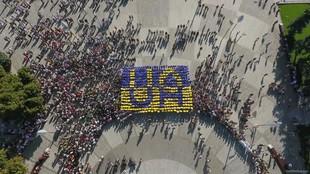 Символ України єднає серця: у Харкові до Дня прапора відбувся масштабний флешмоб (Фото, відео)