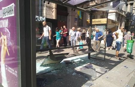 У центрі Харкова тролейбус зруйнував зупинку