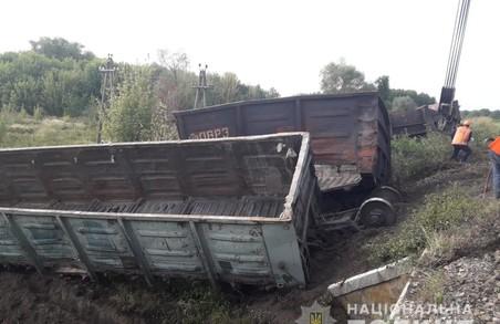 На Харківщині пасажирський потяг зіткнувся з товарними вагонами (Фото)