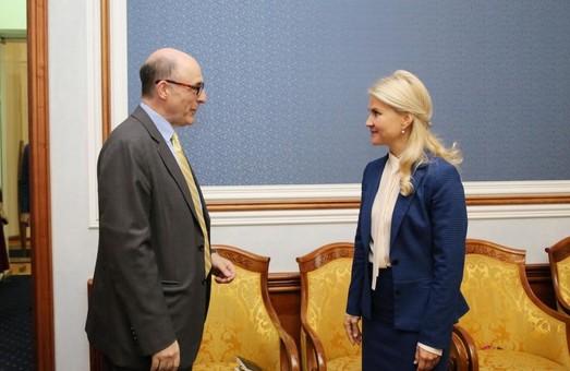 Світлична під час робочої зустрічі обговорила спільні проекти з радником з Посольства США