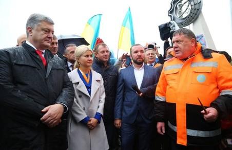 Порошенко та Світлична здійснили огляд ремонтних робіт на дорозі Харків-Охтирка