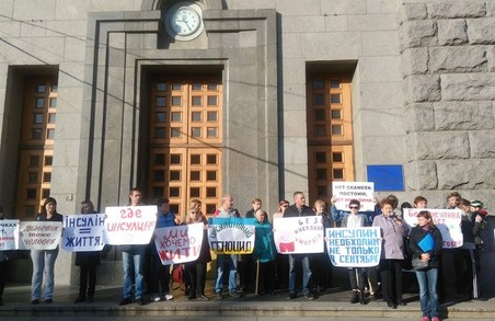 «В Харкові ще немає інсуліну!»: Біля міськради відбувся пікет за участі діабетиків (ФОТО)