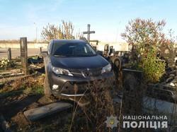 Позашляховик пошкодив пам'ятники на кладовищі під Харковом (ФОТО)