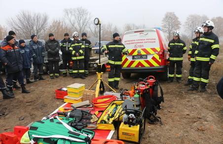 Харківські рятувальники навчались застосовувати новітній аварійно-рятувальний інструмент під час ліквідації дорожніх аварій (ФОТО, ВІДЕО)