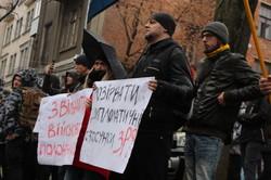 Харків'яни пікетують російське консульство: У будівлю летять фаєри і яйця (ФОТО)