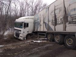 На Дніпропетровщині рятувальники витягнули з кювета фуру (ФОТО)