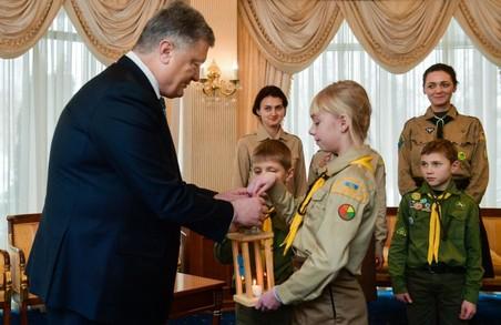 Українські пластуни передали Петру Порошенко Вифлеємський вогонь миру