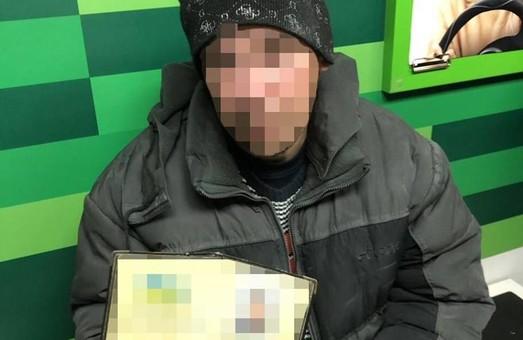У Харкові затримали чоловіка, який шахрайським шляхом намагався взяти кредит у банку