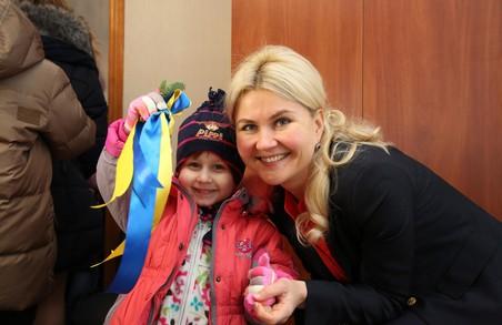Юлія Світлична передала ключі від нового дому прийомній родині, що виховує 8 дітей
