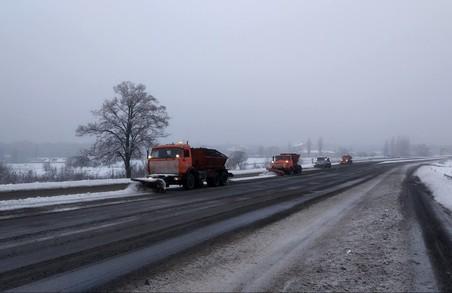 Cніг з доріг Харківщини прибирали 138 машин та 178 робочих (ФОТО, ВІДЕО)