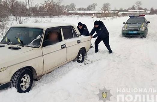 Поліцейські Харківщини допомагають громадян боротися з наслідками негоди