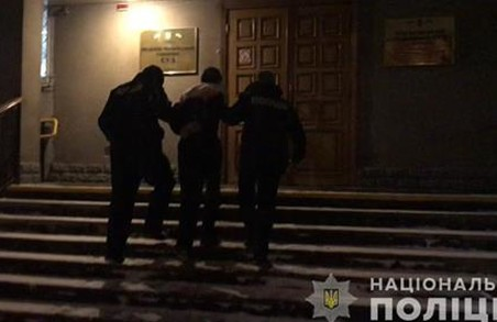 У Харкові працівники поліції затримали чоловіка за скоєння розбійного нападу на дівчину