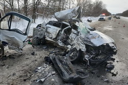 На Харківщині рятувальники дістали трьох людей з понівеченого внаслідок ДТП мікроавтобусу