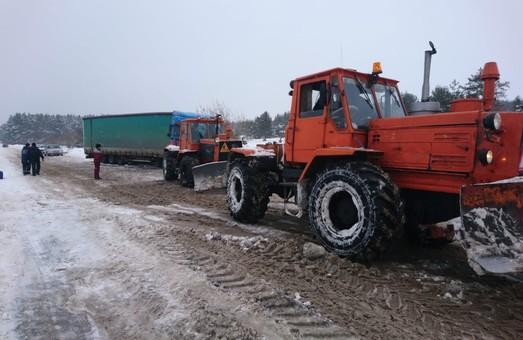 Минулої доби харківські рятувальники витягли зі снігової пастки сім авто