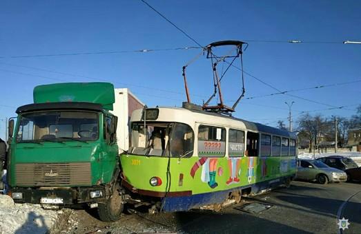 У Харкові трамвай зіткнувся з вантажівкою (ФОТО)