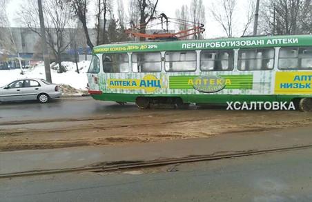 На одній харківській вулиці трамвай зійшов з рейок (фото)