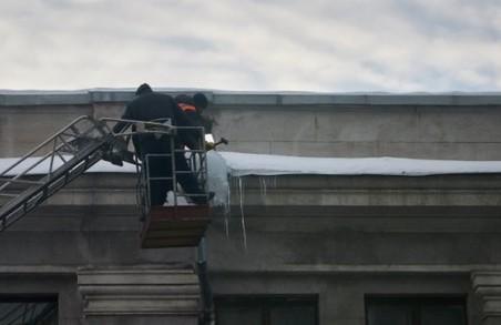 В Харкові близько 150 альпіністів воювали з бурульками на дахах