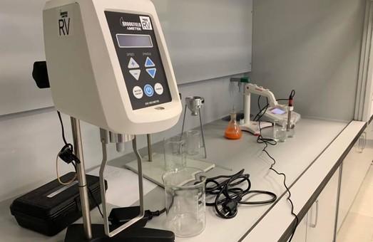 В університеті міського господарства відкрили лабораторію, де навчатимуть фахівців у лакофарбовій галузі