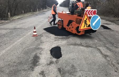 На дорогах Харківщини виконують першочергові ремонтні роботи