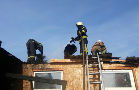 На Харківській СТО сталася масштабна пожежа (фото)