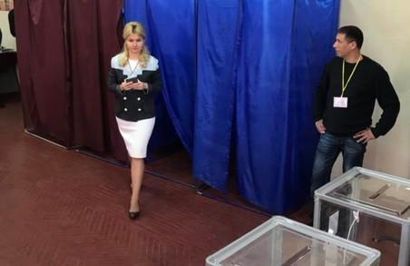 Світлична проголосувала на своїй виборчій дільниці (ФОТО)
